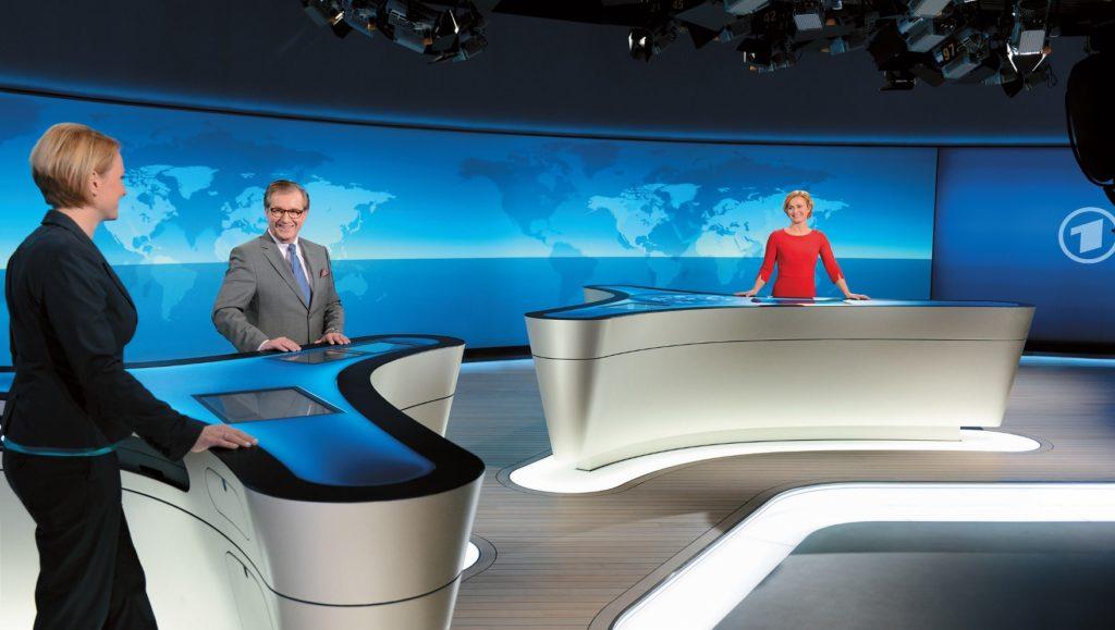 Moderatoren im ARD Nachrichtenstudio