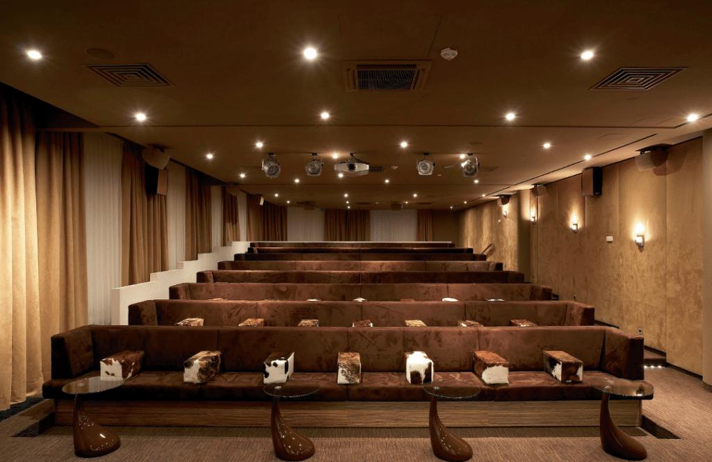 Im east Cinema mit Kuhfell bezogenen Sitz - reihen finden ca. 80 Gäste Platz. Alle Besucher haben dabei freie Sicht auf die 4,5 × 2,25 Meter große Bildwand im 16:9 Format, die von einem LCOS-Full-HDTV-Projektor bespielt wird.