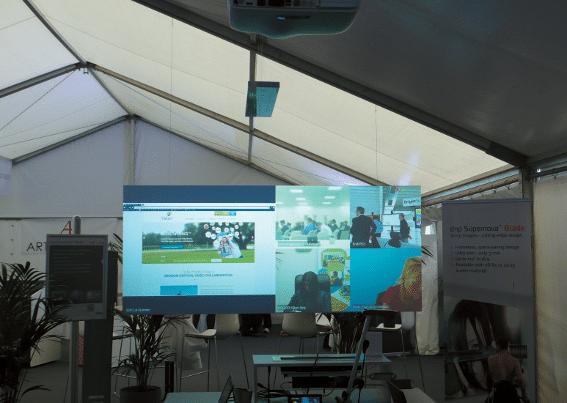 Kompakte Panoramaprojektion: Barco-Projektor im Zusammenspiel mit dnp-Supernova-Bildwand
