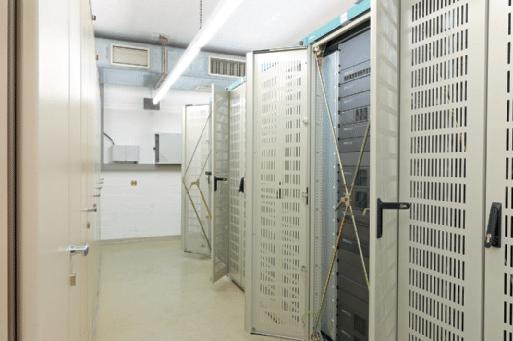 """In jeder Zentrale sind fünf 19""""-Serverschränke den Komponenten des elektroakustischen Notfallwarnsystems vorbehalten"""