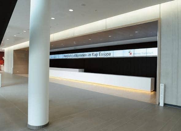Digital Signage auf 18 Monitoren im Eingangsbereich