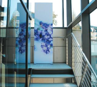 Treppenhaus mit Kunstdruck