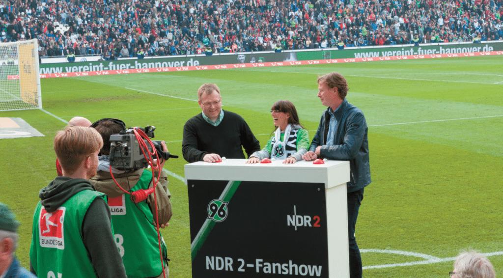 """Beim """"Jungfernspiel"""" Hannover 96 gegen Hamburg wurde die Anlage von Jürgen Freitag (rechts) und Christian Martin (links) gemeinsam den Fans vorgestellt"""
