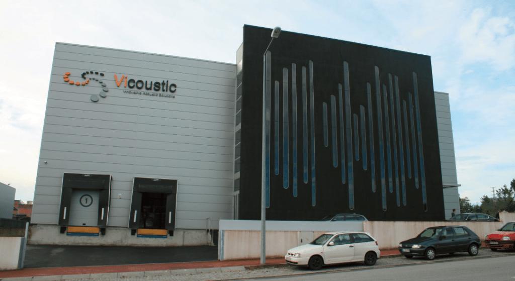 """Das weltweit größte """"Wavewood- Panel"""" ziert das Vicoustic-Lagerhaus in Paços de Ferreira Quelle: Claudia Rothkamp"""