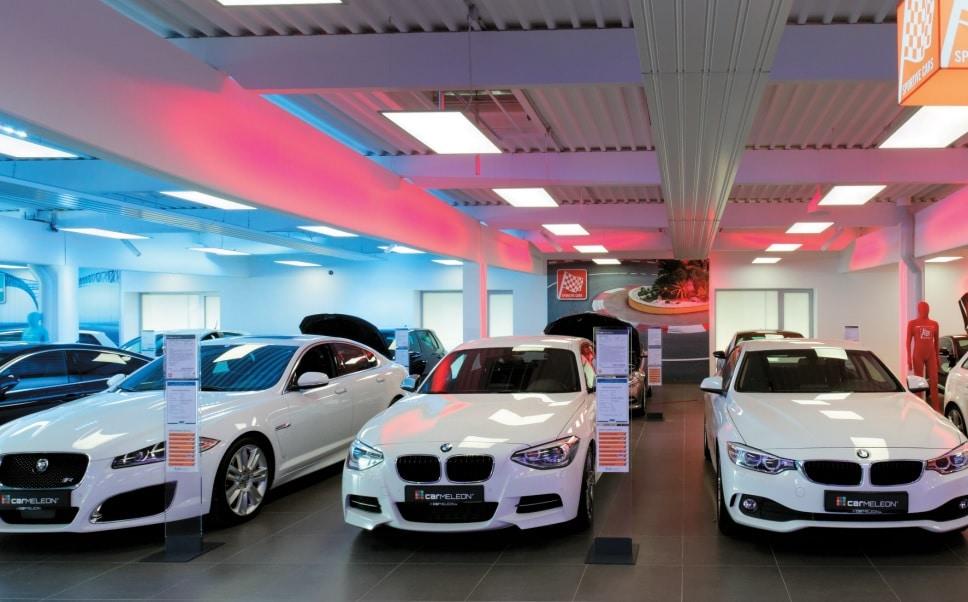 Autohaus mit Lichtkonzept