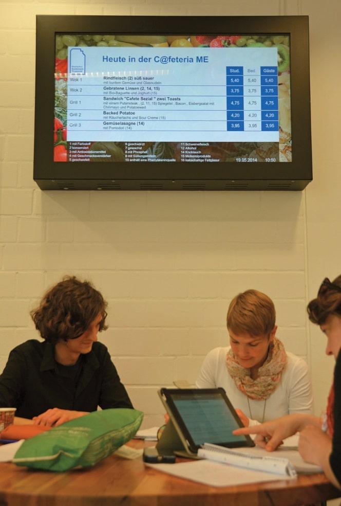Studenten an einem Tablet