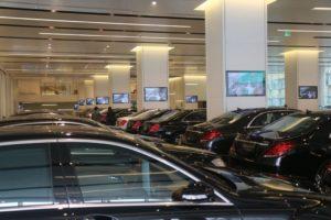 Monitore in einem Autohaus