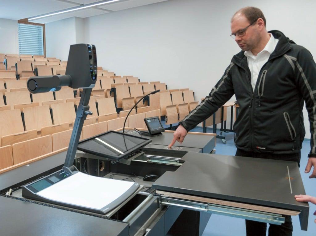 Thorsten Teyke fährt das Touchdisplay heraus, das sich unter der Mittelplatte verbirgt