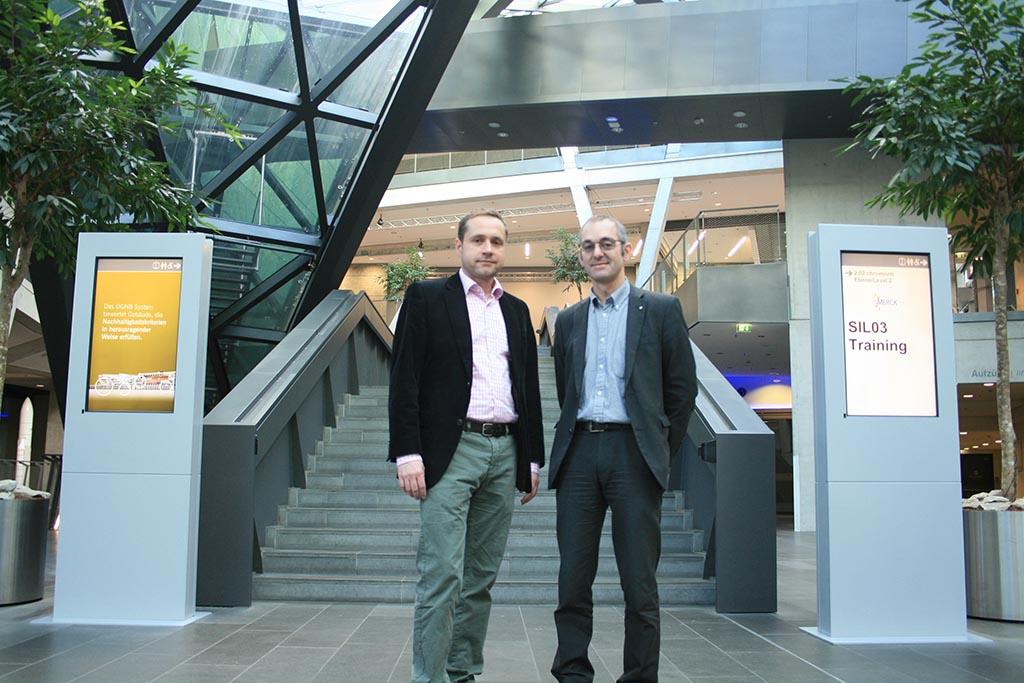 Michael Cordt (links) und Patrick Gaußmann (rechts) sind mit ihrem neuen Wegeleitsystem zufrieden.