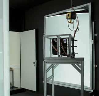 Eines der insgesamt vier Stereo-Projektorenpaare samt Tracking-Einheit (oben rechts)