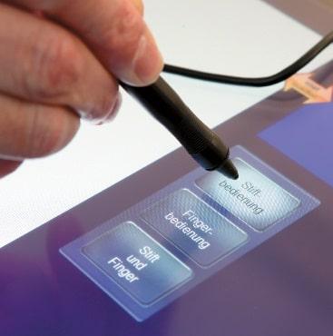 Ein drahtgebundener Spezialstift vereinfacht das Schreiben auf dem Touchscreen