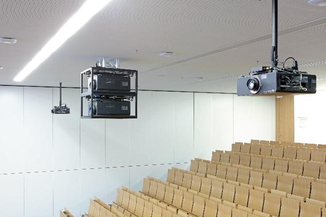 Hörsaal 2 im Otto-Stern-Zentrum ist als Besonderheit mit einer Tandemprojektion (2 x PT-DZ12000E mit Zoomobjektiv ET-D75LE20) ausgerüstet, die sich zur Wiedergabe von 3D-Inhalten unter Verwendung des Infitec-Verfahrens heranziehen lässt