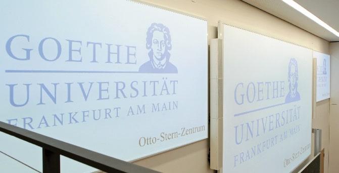 Projektionsflächen und Tannoy QFlex im Hörsaal 2 des Otto-Stern-Zentrums
