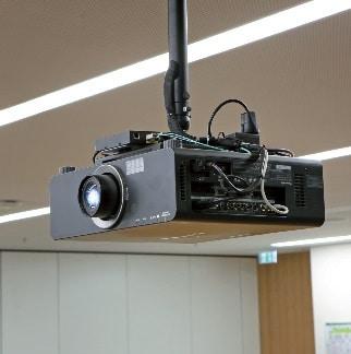 An jedem Projektor befindet sich ein Crestron-Interface, welches das eintreffende Glasfasersignal in ein elektrisches, zum Projektoreingang kompatibles Signal umwandelt