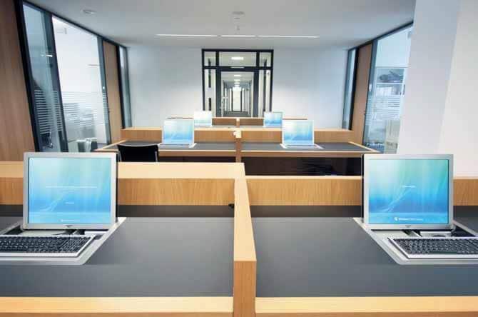 """Zwischen diversen Büros befindet sich im HoF-Verwaltungstrakt eine so genannte Kombizone, in der mehrere Arbeitsplätze untergebracht sind. Jeder Platz ist mit einem 19""""-Display von Element One (""""Convers 190"""") ausgestattet."""