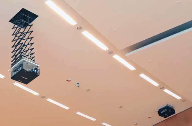 """In Hörsaal 1 sind zwei leistungsstarke Bildwerfer (Panasonic """"PT-D 10000E"""") an Liften von PeTa installiert."""