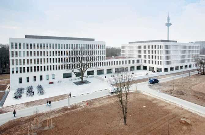 Das neu errichtete Gebäude für Rechts- und Wirtschaftswissenschaften besitzt eine schön anzuschauende Fassade aus italienischem Kalksandstein.