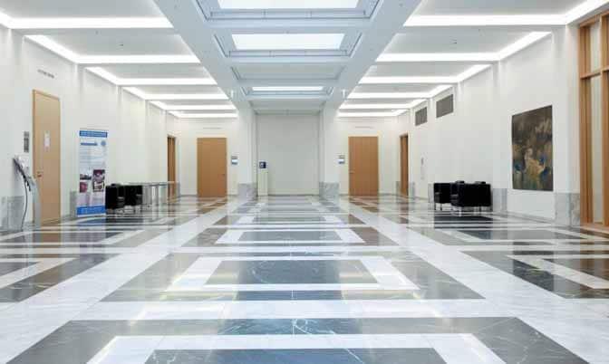 """So studiert man am HoF: Der Marmorfußboden der Eingangshalle weist ein Muster auf, das dem Boden in Raffaels Fresko """"La Scuola di Atene"""" nachempfunden ist."""