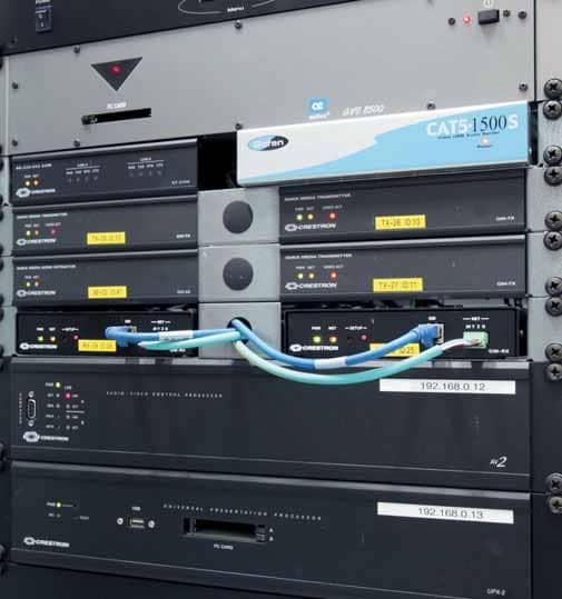 """In einem der Technikräume: Crestron-Produkte, Gefen """"EXT-CAT5- 1500""""-Modul und Aethra """"AVC 8500""""-Codec"""
