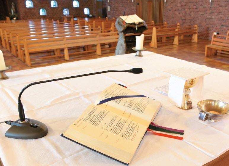 Schwanenhalsmikro auf dem Altar; im Hintergrund der ebenfalls mit einem Gooseneck ausgestattete Ambo