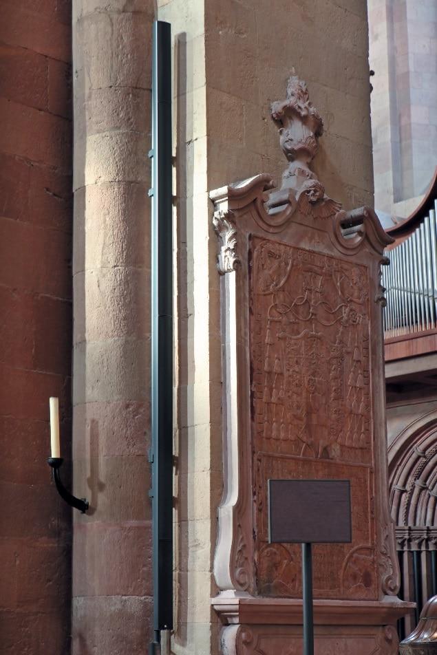 lange Schallzeile rechts des Altars im Hauptschiff