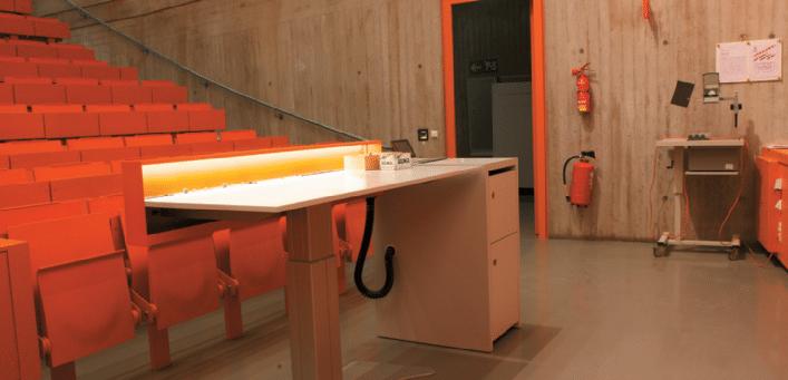 Neu-konstruierte-höhenverstellbare-Mediensäule-und-Dozentenpult-im-Musterhörsaal