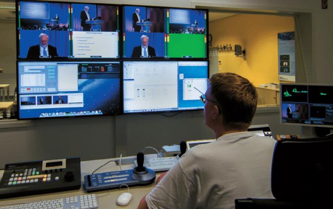 Regieraum-mit-Bildmischer-und-Steuerpanel-für-Dome-Kameras