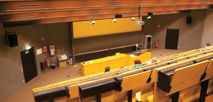 einer-der-hörsäle-mit-Kling-und-Freitag-Lautsprechern-am-Standort-Vaihingen