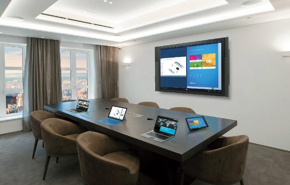 Crestron bietet das Microsoft Surface Hub mit einem ergänzenden Paket aus eigenen Produkten an