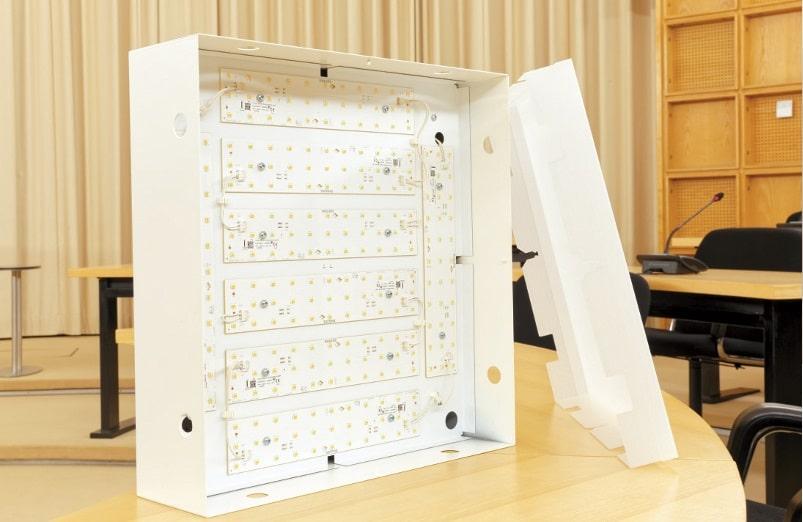 Von Philips gefertigt wurden jenseits des LED-bestückten Innenlebens auch die Montagewannen sowie die Vorschaltgeräte. Hinzu kamen passende Kunststoffhauben, deren Opazität derart ausgelegt ist, dass mit dem bloßen Auge keine Hotspots auszumachen sind.