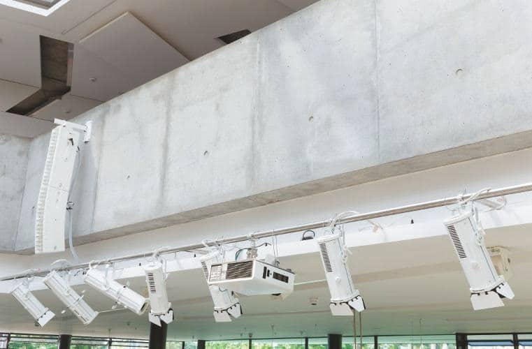 siss-ein-atrium-für-alles-scheinwerfer-projektor-lautsprecher
