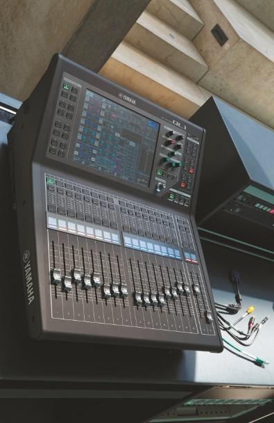 siss-ein-atrium-für-alles-Arbeitsplatz-mit-Yamaha-QL1-und-Kabelpeitsche