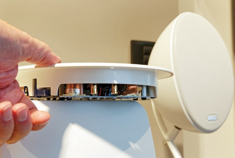 Mit einer Einbautiefe von lediglich 36 mm (ab Oberfläche) gehört das runde Modell Ci160TR zu den flachsten erhältlichen Zweiwege-Einbaulautsprechern
