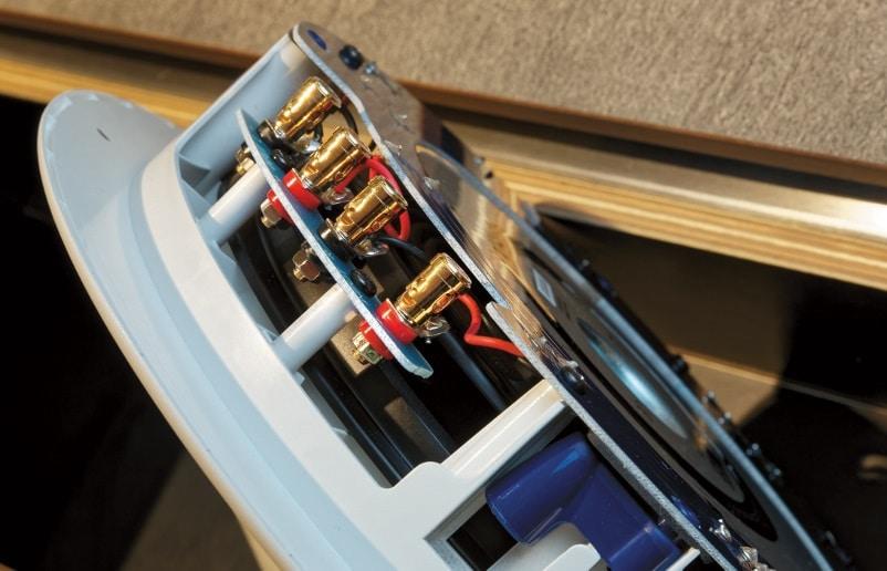 Die vergoldeten Anschlussklemmen (hier am Subwoofer) sind auch für größere Kabelquerschnitte geeignet