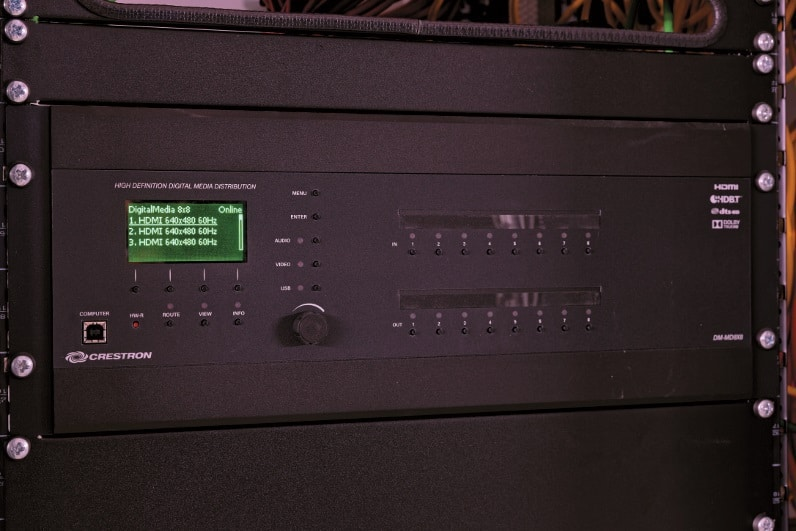 Wichtiger Knotenpunkt im Signalfluss: Crestron MD-DM8x8 DigitalMedia-Matrix one