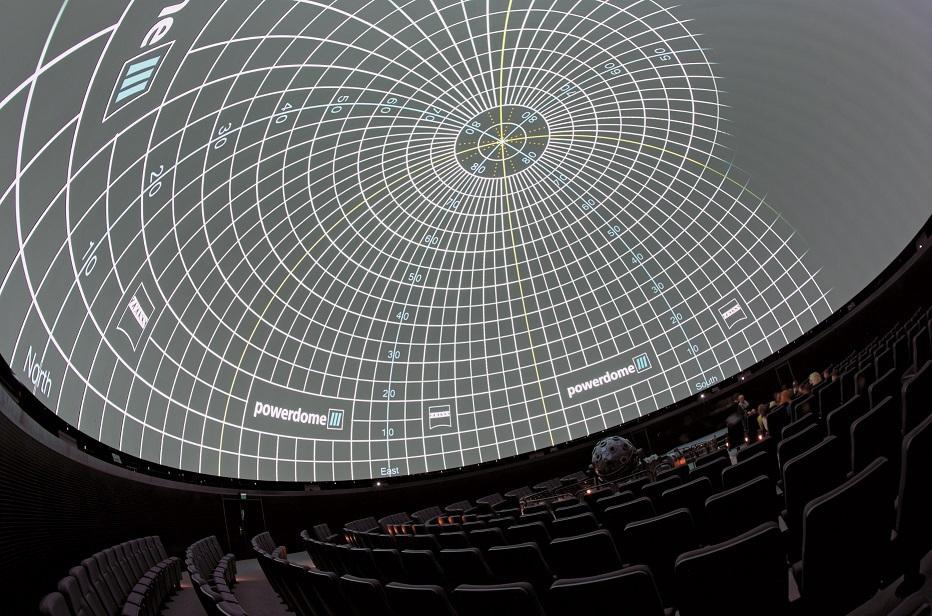 Neben dem Zeiss-Sternenprojektor werden als Bildlieferanten zehn umlaufend im Kuppelrand angebrachte Zeiss powerdome VELVET DLP-Projektoren herangezogen – hier ein Testbild.