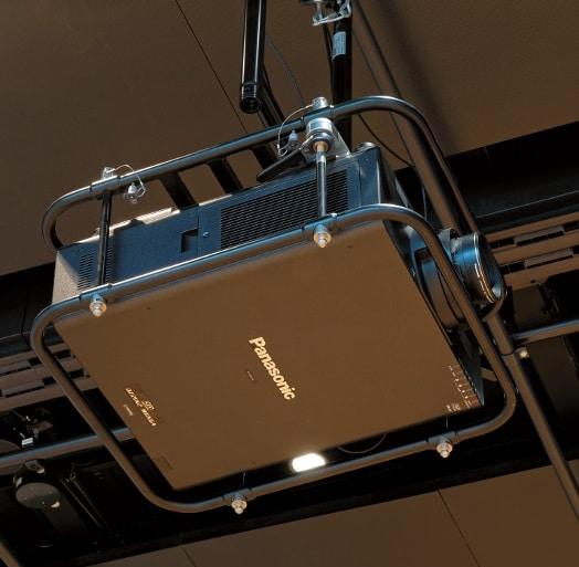 Für die Videobespielung sorgen u. a. Panasonic PTZ-21K2. Die Projektoren sind nicht fest montiert, sondern können an Deckenpositionen in unmittelbarer Nähe der Anschlusspunkte angebracht werden.
