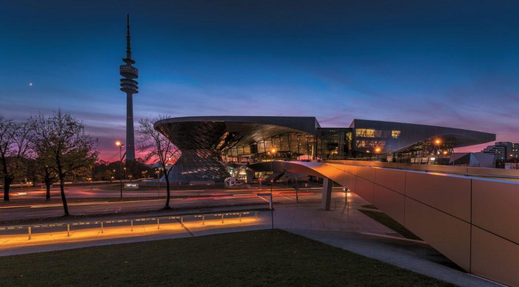 Die BMW Welt hat sich in den vergangenen Jahren zum Münchner Markenzeichen entwickelt – die Brücke verbindet sie mit dem BMW Museum.