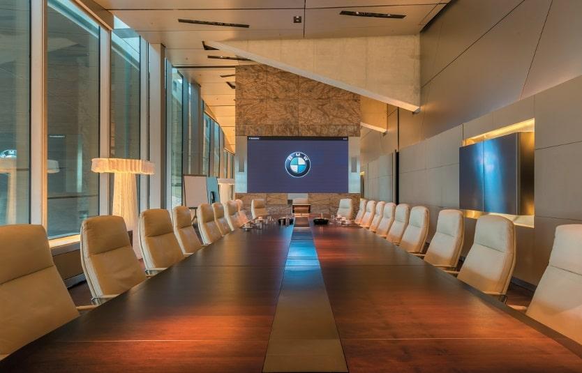 Am Kopfende des Boardrooms ist im Business Center eine Barco LED-Wand installiert.