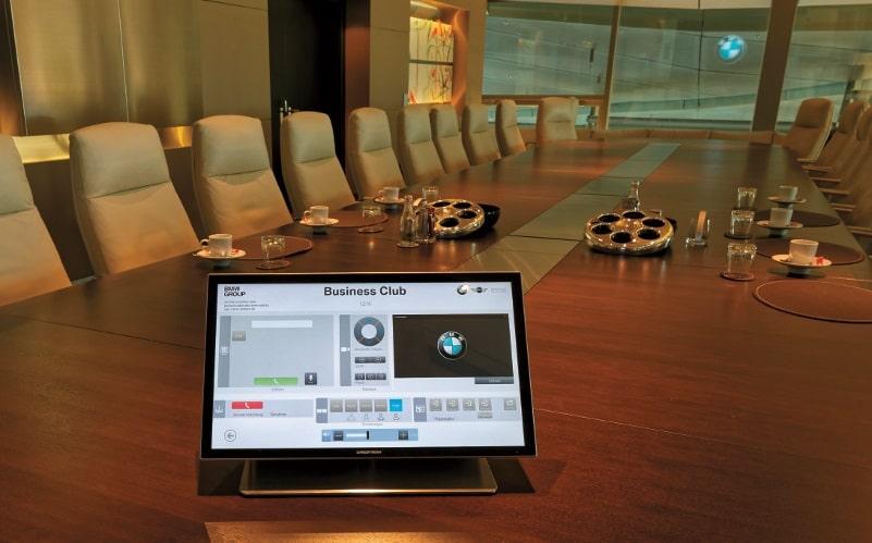 Für den Business Club wurde von Kraftwerk eine formschöne Sonderhalterung gefertigt, mit deren Hilfe die berührungsempfindliche Oberfläche des Crestron Touchpanels ergonomisch angenehm auf dem Konferenztisch aufgestellt ist