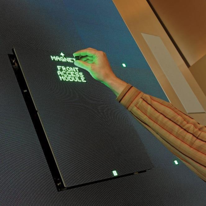 Der Business Club verfügt über eine Barco LED-Wall, deren Panels sich für Servicezwecke mithilfe eines Magneten wie von Geisterhand nach vorne ausfahren lassen.