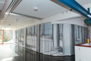 Ein Besprechungsbereich bei Gerriets ist ebenfalls mit einem schalldämmenden Vorhang ausgestattet
