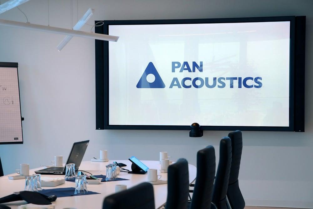 Spaltenfrei integriert: Die Schallzeilen von Pan Acoustics links und rechts vom Screen fallen fast nicht auf.