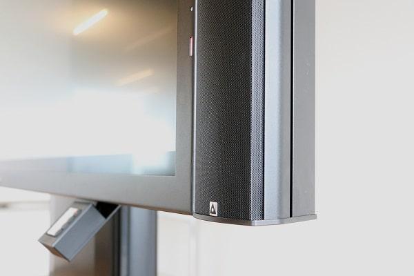 Maßgeschneiderte Lautsprecher: Farbe und Länge des Pan Speakers stimmen exakt mit dem Displayrahmen überein.