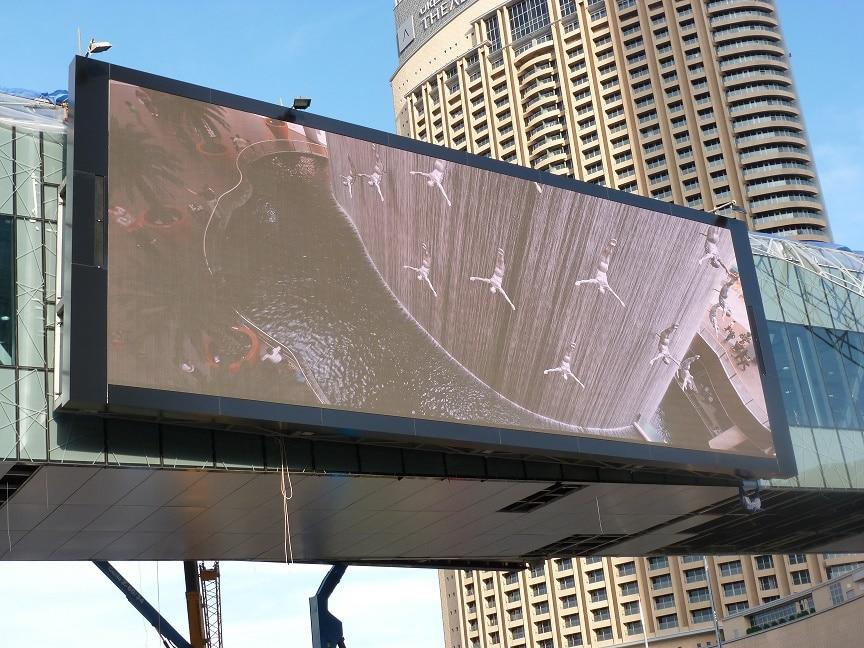 Vier Pan Beam PB 248 an einer Videowall in Dubai strahlen den Schall auch bei 50° C über 100 Meter weit.