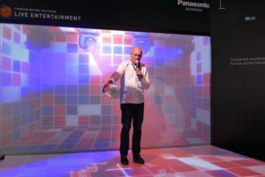 Eduard Gajdeck von Panasonic präsentierte am Messestand eindrucksvoll, was mit den Projektoren der neuen Generation alles möglich ist.