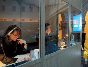 Eine typische Dolmetsch-Situation aus dem Scheepvaartmuseum in Amsterdam vom 27. Januar 2016. Unter dem Vorsitz von Staatssekretär Sander Dekker fand ein informelles Treffen des Rates für Wettbewerbsfähigkeit (Forschung) statt, bei dem die EU-Minister über die Bedeutung von Forschung und Innovation sprachen.