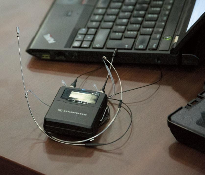 Der Taschensender SK 6000 kann mit diversen Sennheiser- Ansteckmikrofonen und -Headset-Mikrofonen genutzt werden.