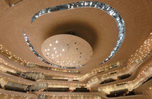 """Zahlreiche Scheinwerfer sind oberhalb des """"Schallreflektors"""" im Deckengewölbe des Großen Saals installiert."""