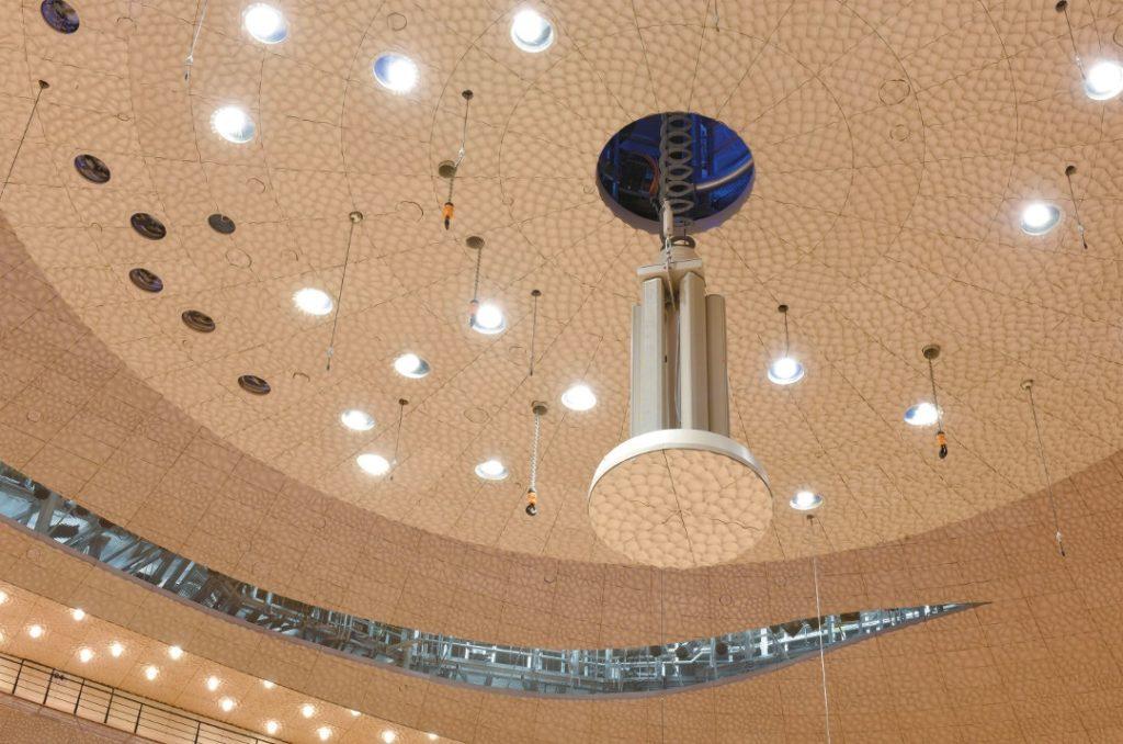 Im Reflektor selbst befinden sich sechs Column Array Lautsprecher, die herausgefahren werden können.